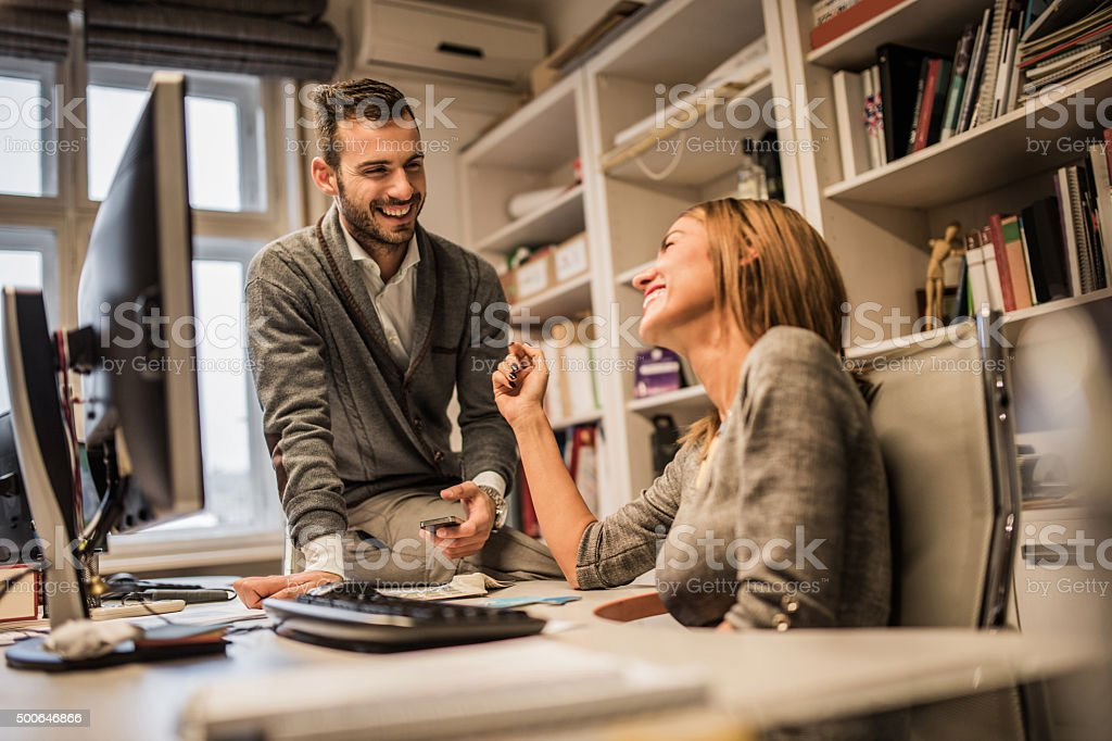 Junge fröhlich business-Kollegen Flirten im Büro. – Foto
