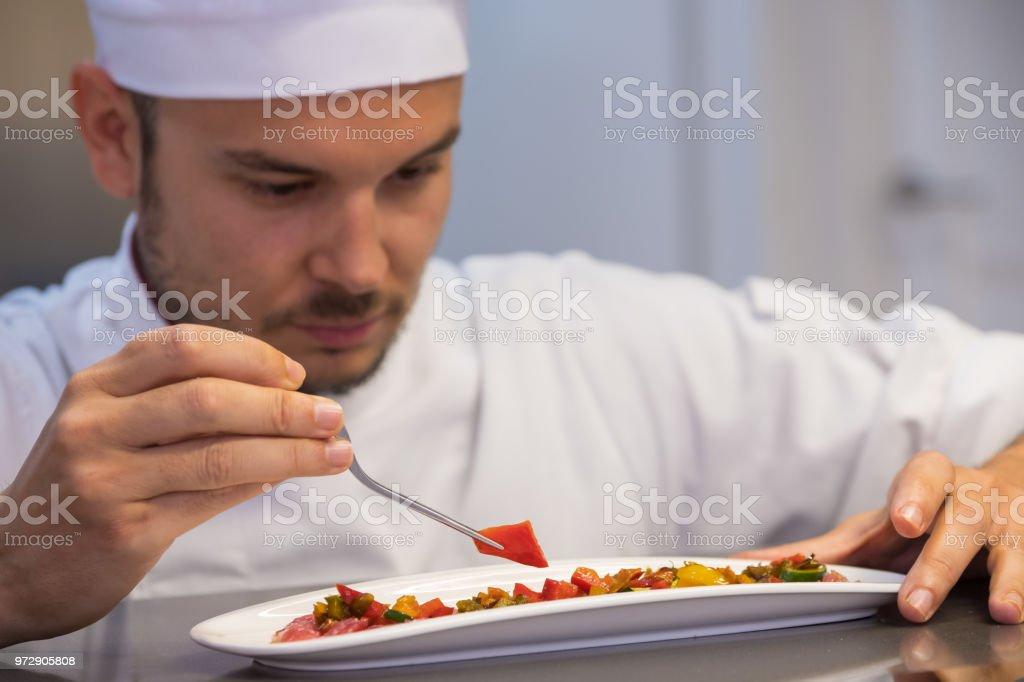 joven chef chapado un tartar de solomillo de cerdo - foto de stock