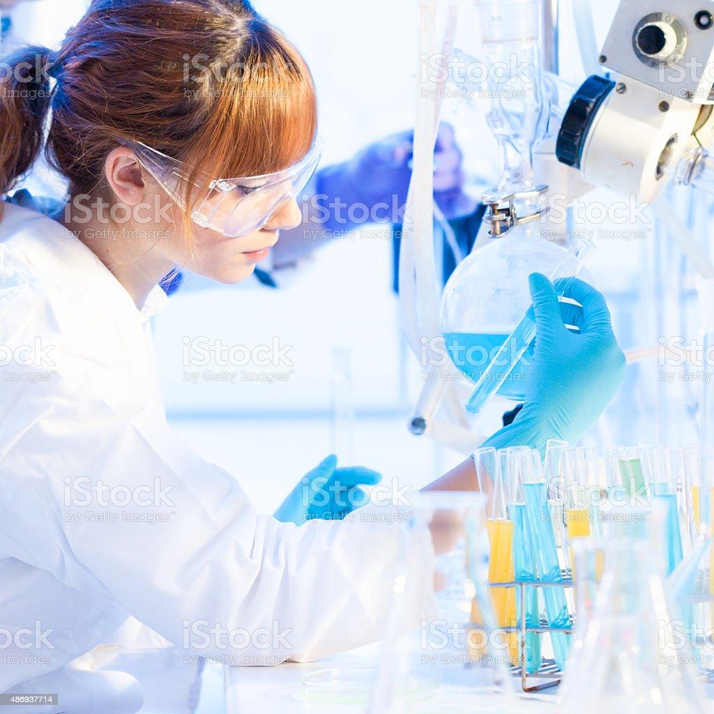 Junge chemists im Labor. – Foto
