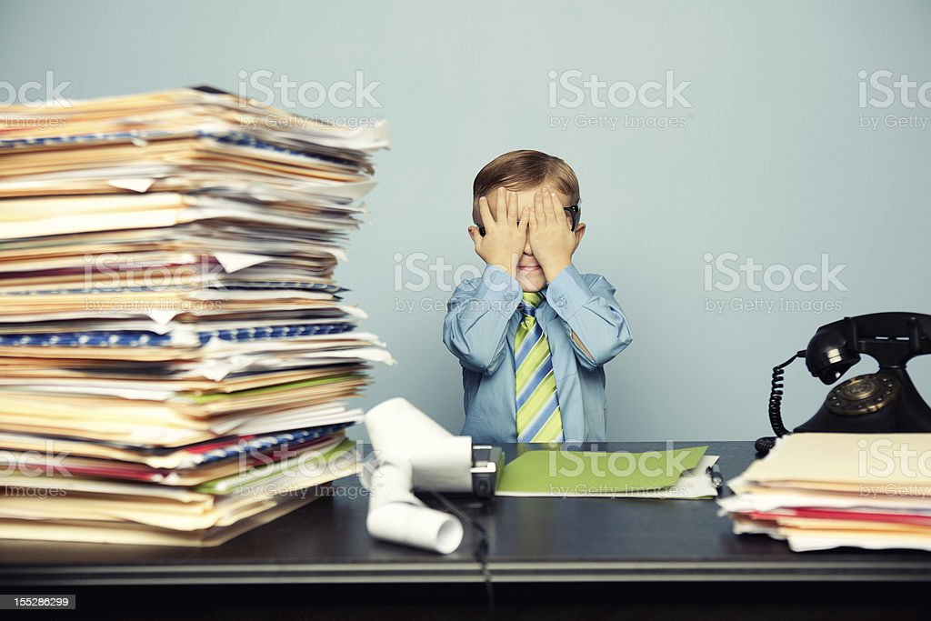 Junge Kind Buchhalter mit viel Arbeit an Office – Foto