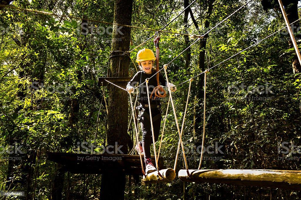 Jovem criança de ter um bom tempo fazendo Canopy - foto de acervo