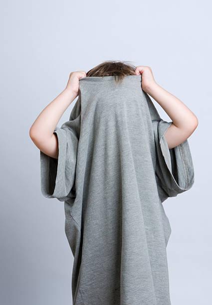 young child hiding in daddy's t-shirt - te groot stockfoto's en -beelden