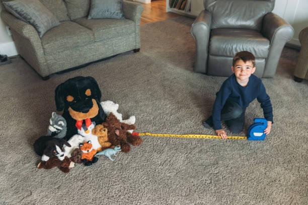 Junges Kind übt richtige soziale Distancing – Foto