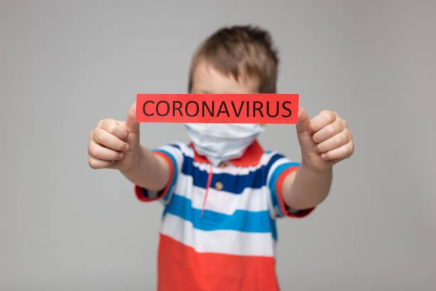 Kleinkind trägt eine Atemmaske als Vorbeugung gegen das Coronavirus Covid-19 – Foto