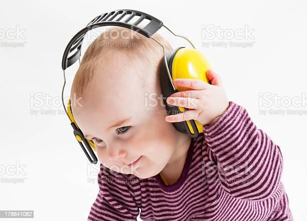 Junge Kind Mit Ohrschutzbezug Stockfoto und mehr Bilder von Baby