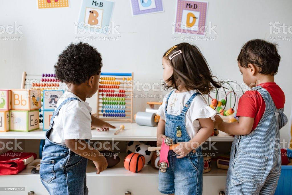 Kleine Kinder spielen mit Spielzeug – Foto