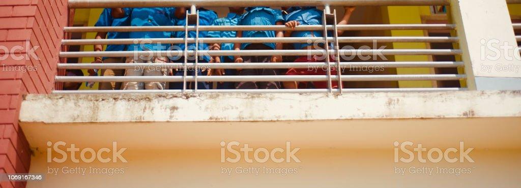건물 내부에 서 있는 어린 아이 스톡 사진