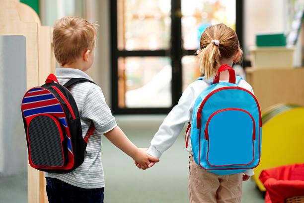 bambini a piedi a scuola - cartella scolastica foto e immagini stock