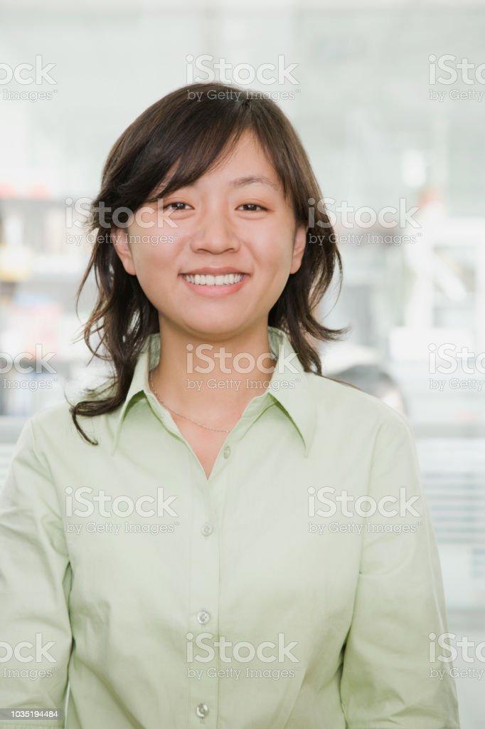 Junge chinesische geschäftsfrau lächelnd in die Kamera – Foto