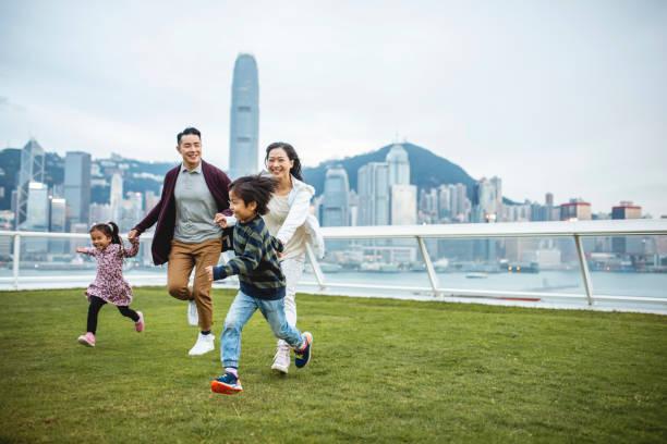 Junge chinesische Kinder führen Eltern über View Deck – Foto