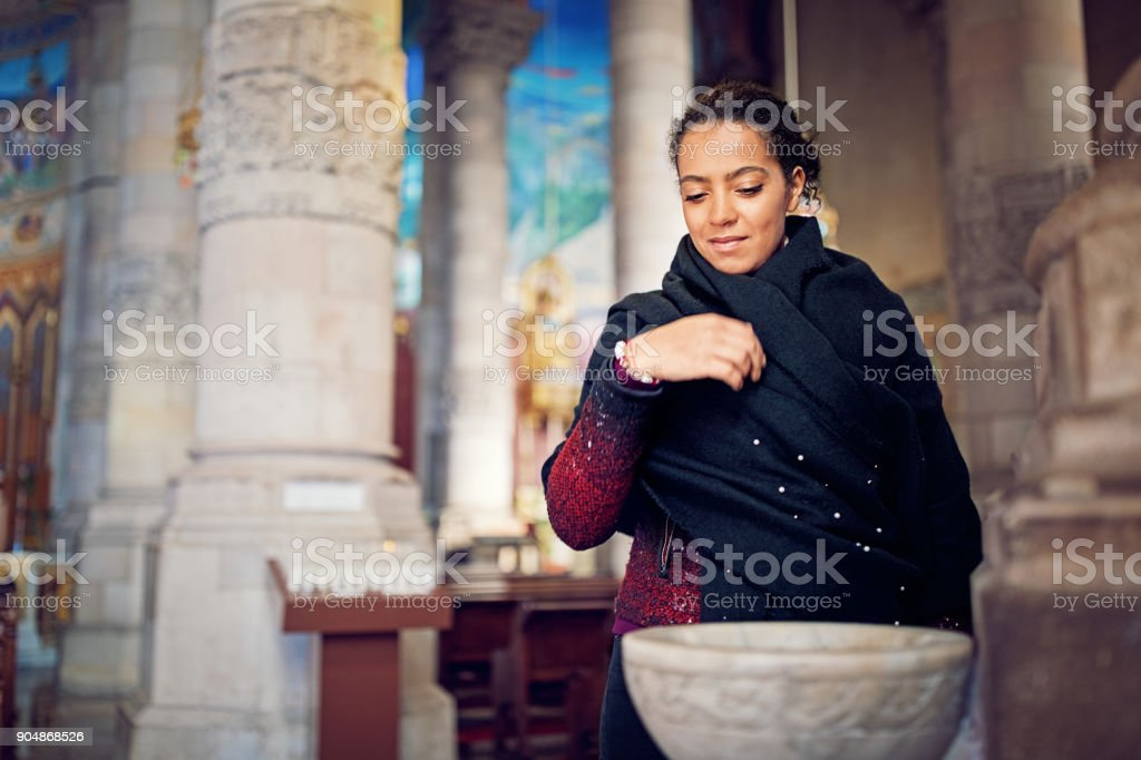 Jeune fille chrétienne est de prier dans la cathédrale - Photo