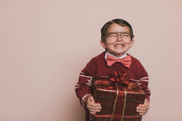 Junge Weihnachten Pullover jungen lächelt mit Geschenk – Foto