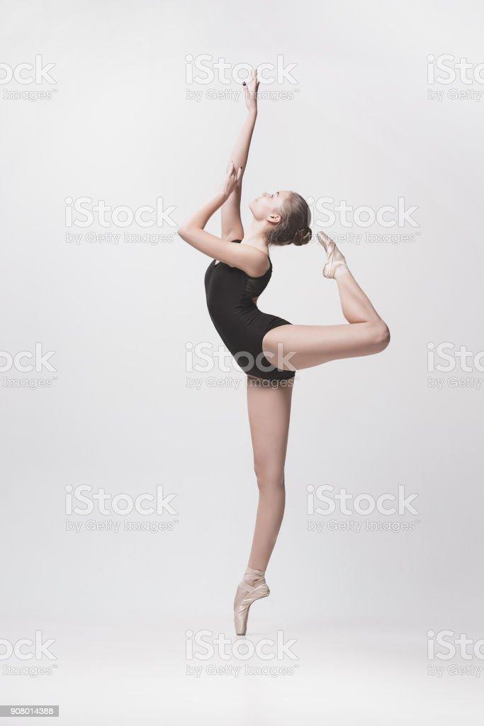 Beyaz arka plan üzerinde izole genç klasik dansçı stok fotoğrafı