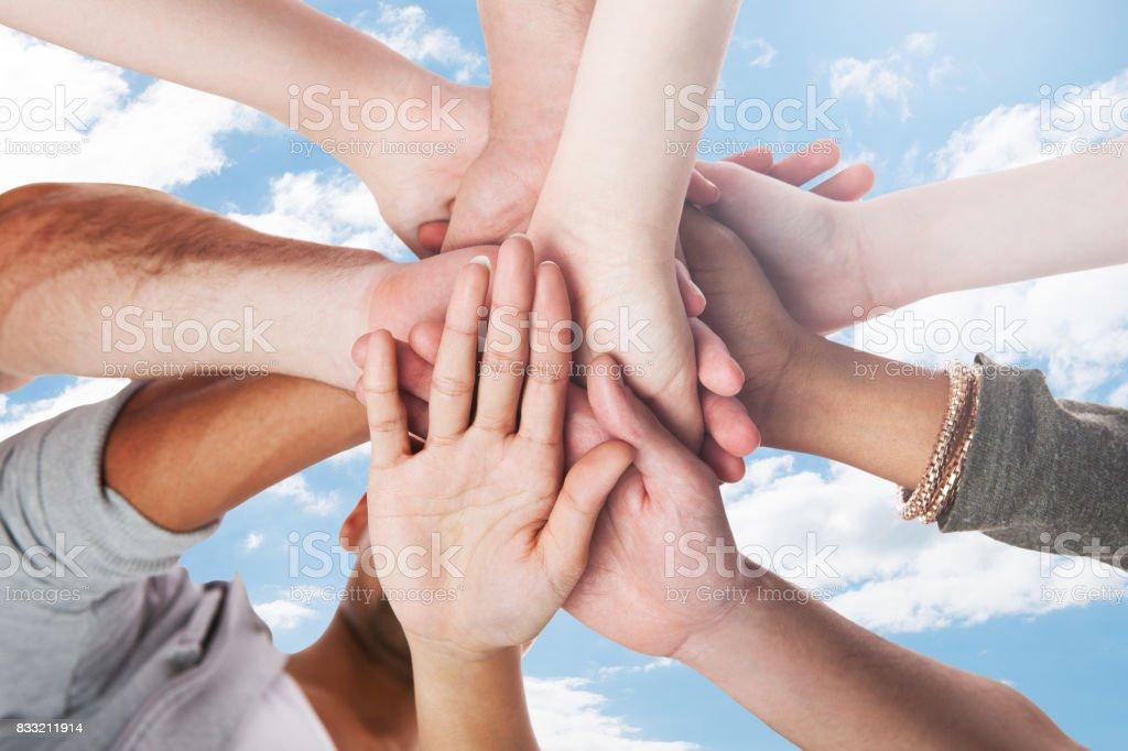 Junge Studenten Stapeln Hände - Lizenzfrei Hingabe Stock-Foto
