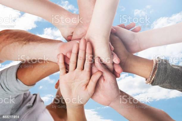 Junge Studenten Stapeln Hände Stockfoto und mehr Bilder von Hingabe