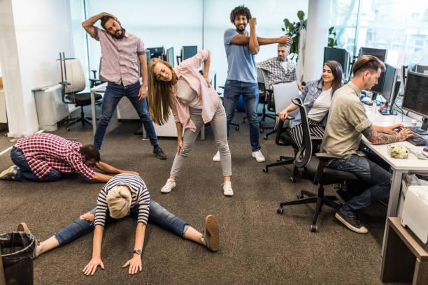 grupp av programmerare som utövar på en rast på kontoret. - ta en paus bildbanksfoton och bilder