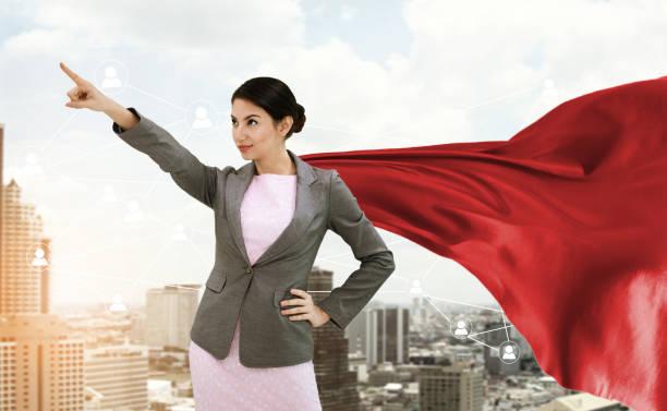 zuversichtlich jungunternehmen superhelden trägerin roten umhang gegen mit stadt hintergrund. konzept zu zukünftigen punkt. - damen umhänge stock-fotos und bilder