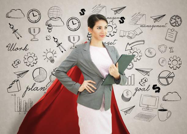 zuversichtlich jungunternehmen superhelden trägerin roten umhang gegen mit strategie-hintergrund. konzept zu zukünftigen punkt. - damen umhänge stock-fotos und bilder