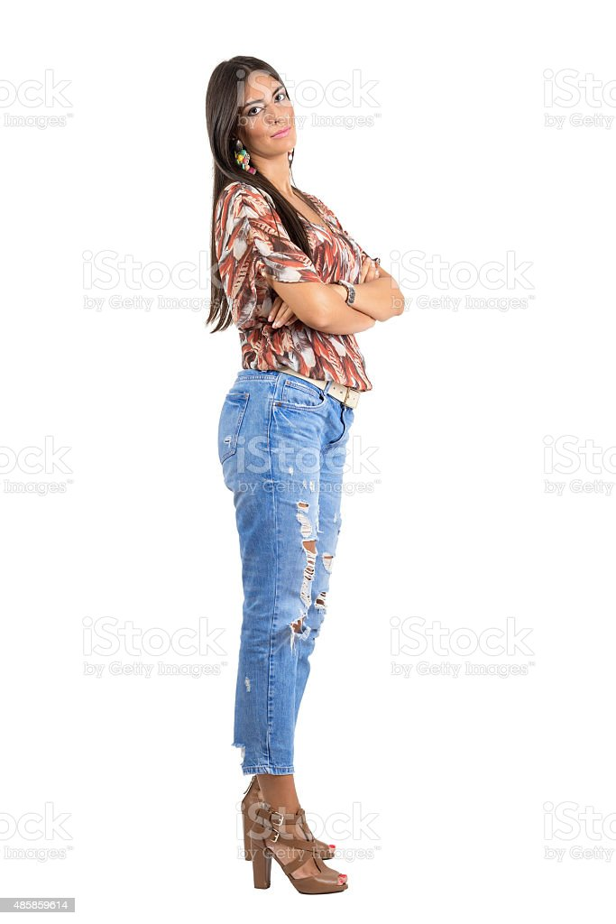 ceae0f797751 Giovane fiducioso Indian bellezza in posa con le braccia piegate. Vista di  lato. foto