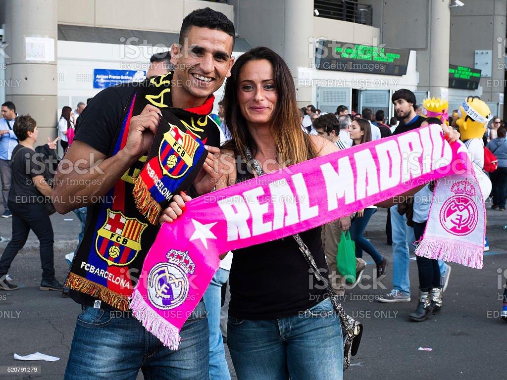 Young copule apoyar Real Madrid con Barcelona - foto de stock