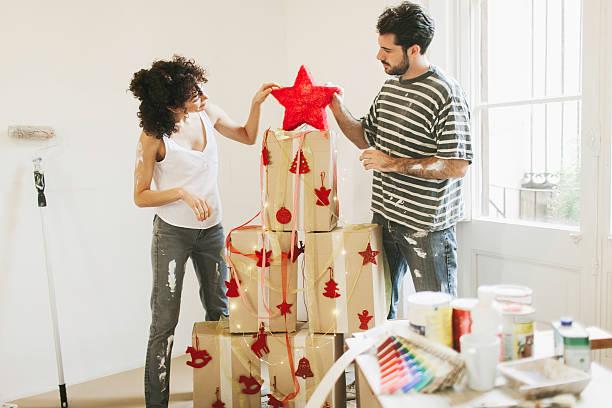 junge coupke sich bereit für weihnachten neues apartment. - diy xmas stock-fotos und bilder