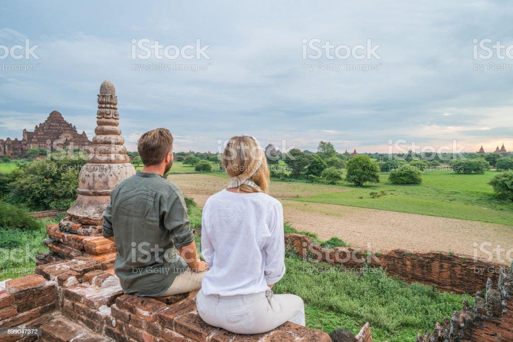 Junges Paar bewundernde Sonnenaufgang aus antiken Tempel, Myanmar – Foto