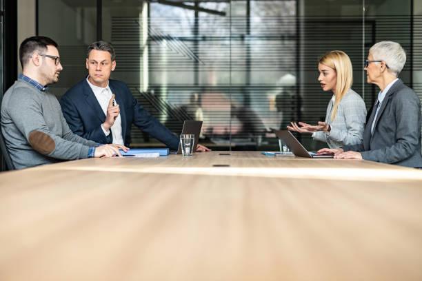 la giovane coppia e i loro avvocati si separano in ufficio. - divorce foto e immagini stock