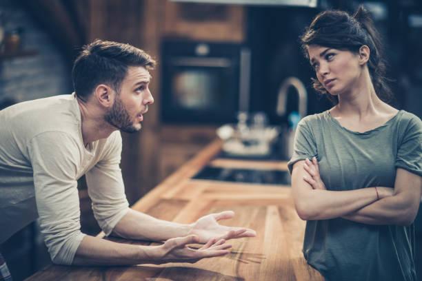 jong stel ruzie terwijl het hebben van problemen in hun relatie. - couple fighting home stockfoto's en -beelden