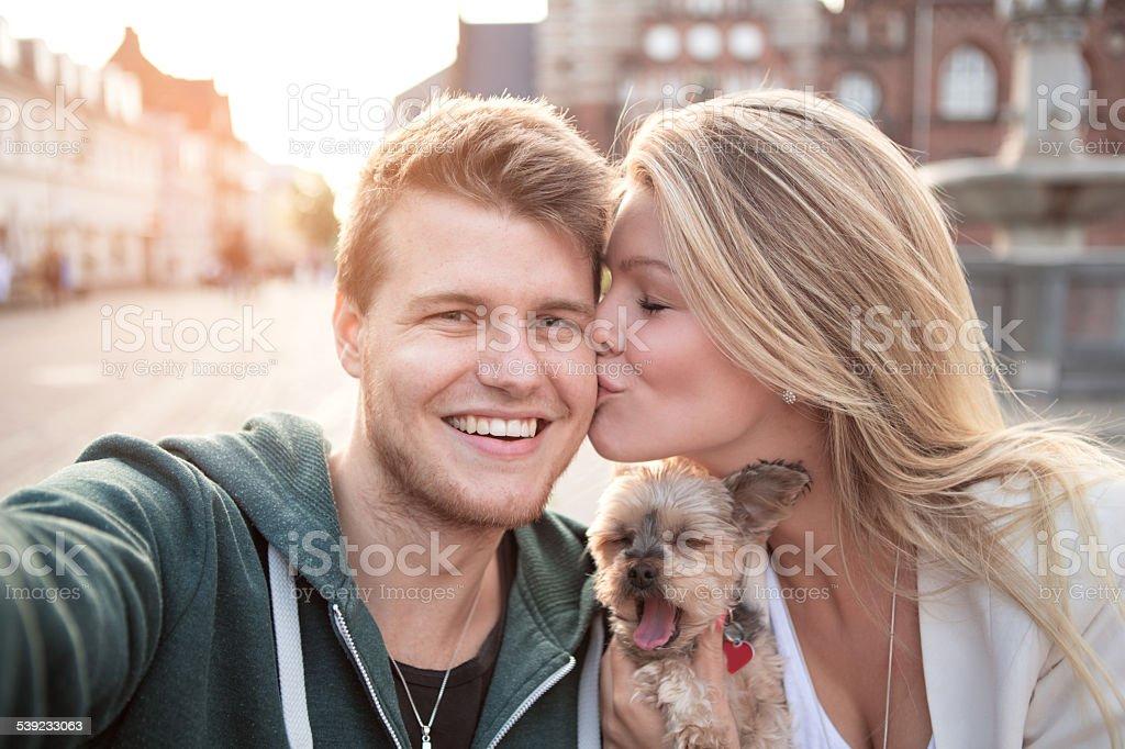 Pareja joven en el café con su perro. foto de stock libre de derechos