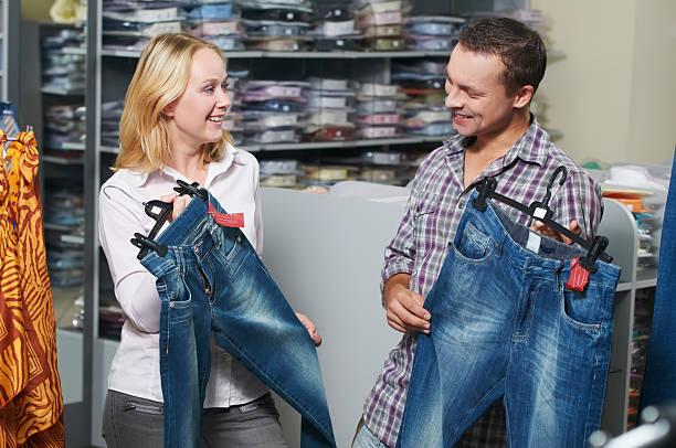 junges paar in kleidung einkaufen - damen jeans sale stock-fotos und bilder