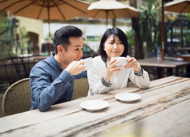 pareja joven en el descanso del café - happy couple sharing a cup of coffee fotografías e imágenes de stock