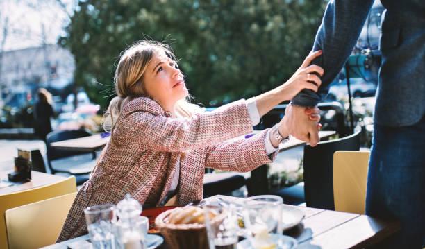 コーヒー ショップでの若いカップル。 - ガールフレンド ストックフォトと画像