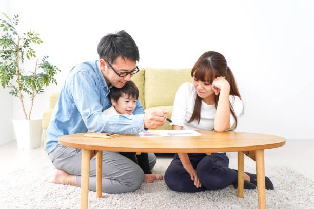 家族会議での若いカップル - ライフスタイル ストックフォトと画像