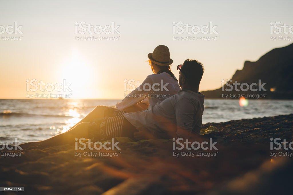 Junges Paar am Strand von Griechenland im Sonnenuntergang – Foto