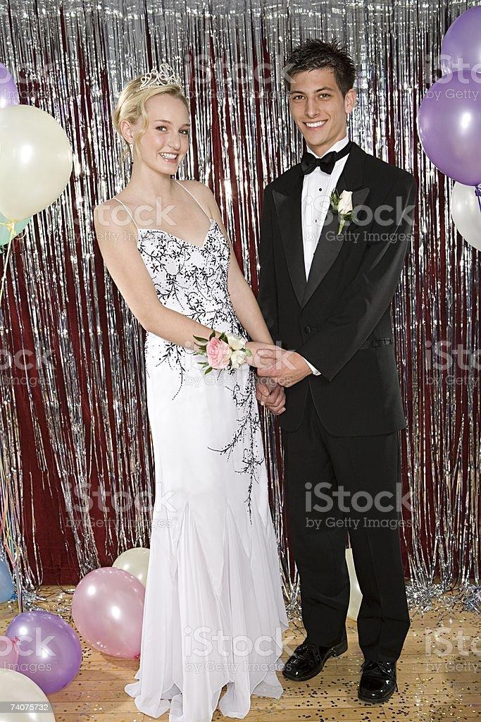 Junges Paar in der High School-Abschlußball – Foto