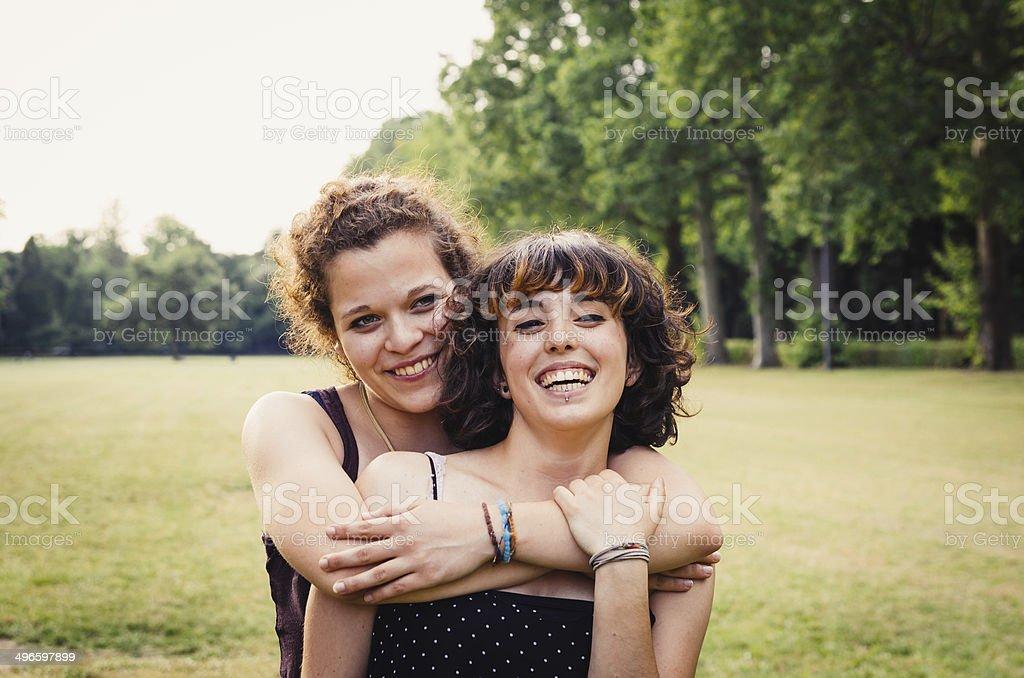 Jeune couple dans le parc - Photo
