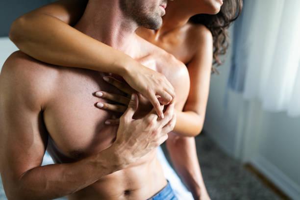Junges Paar intim im Schlafzimmer. Sinnliche Liebhaber machen Liebe im Schlafzimmer. – Foto