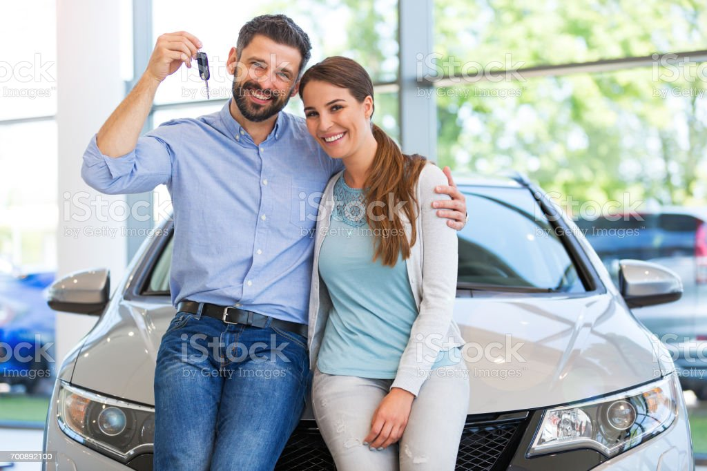 Young couple buying a car - foto stock