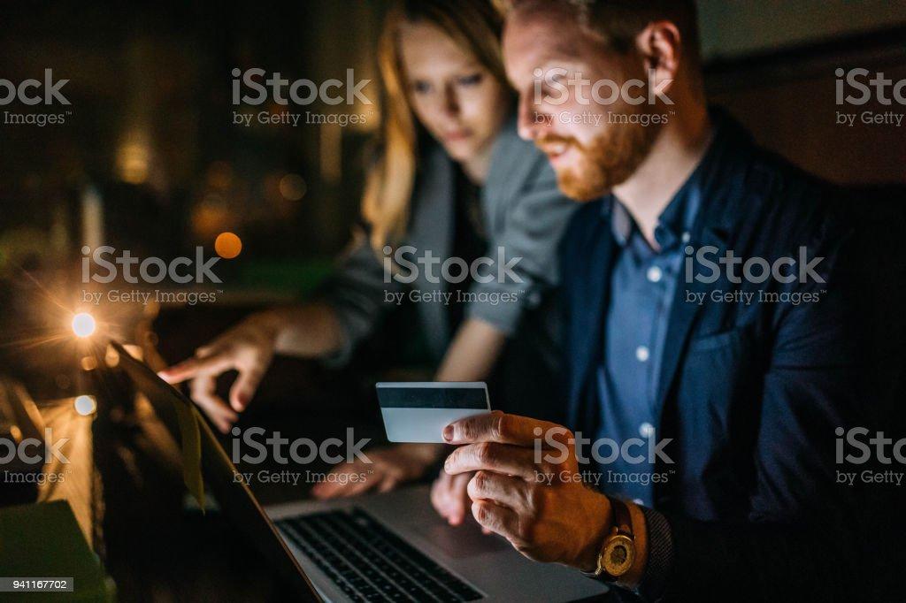 Junges Paar kauft mit Kreditkarte – Foto