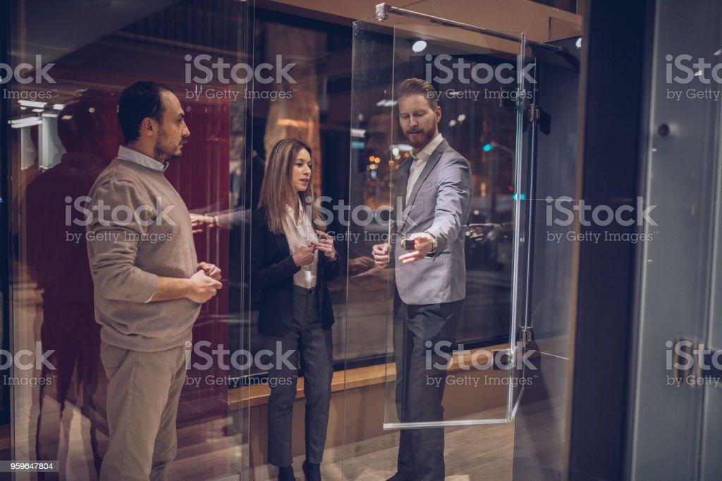 Nueva ducha de tipo de joven pareja en la tienda - Foto de stock de Actividad comercial libre de derechos