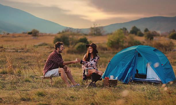 junges paar camping - hipster unterwäsche stock-fotos und bilder