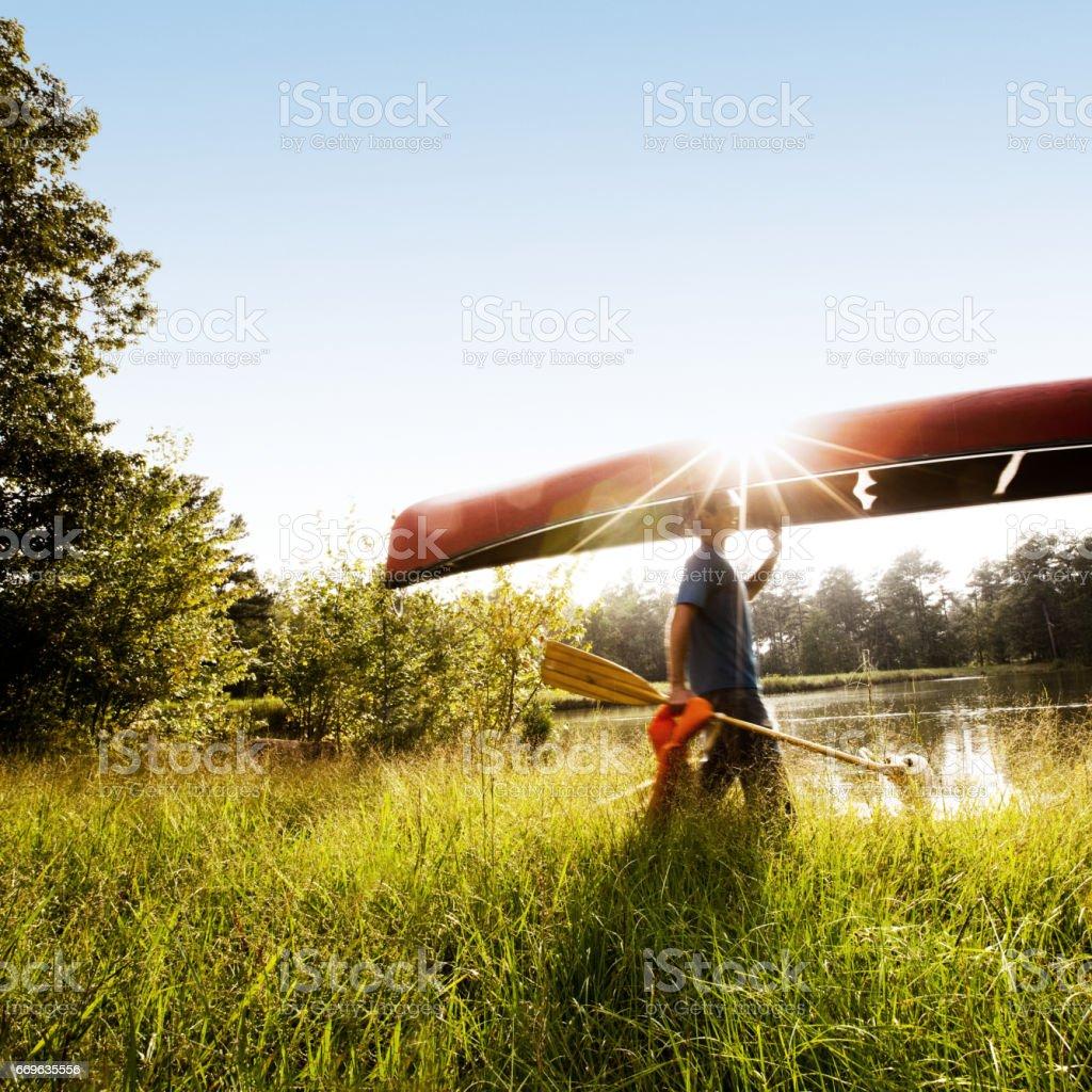 Jeune Couple effectuer un canoë - Photo