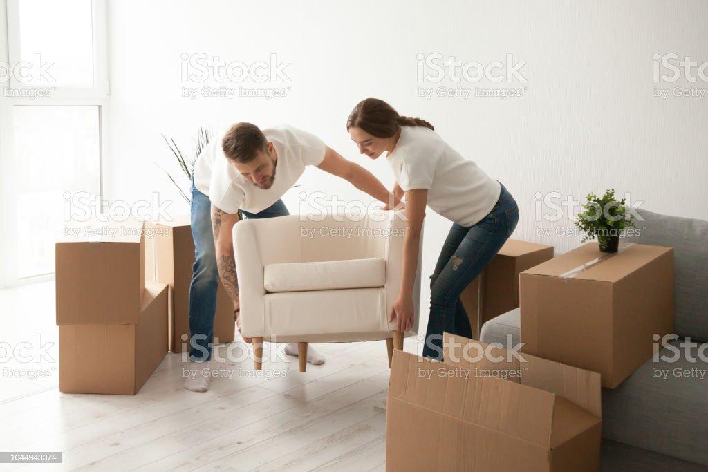 Junges Paar Mit Stuhl Erste Gemeinsame Wohnung Stockfoto und ...