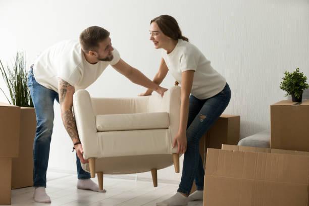 junges paar mit stuhl zusammen, indem möbel in neue h - stuhl neu gestalten stock-fotos und bilder