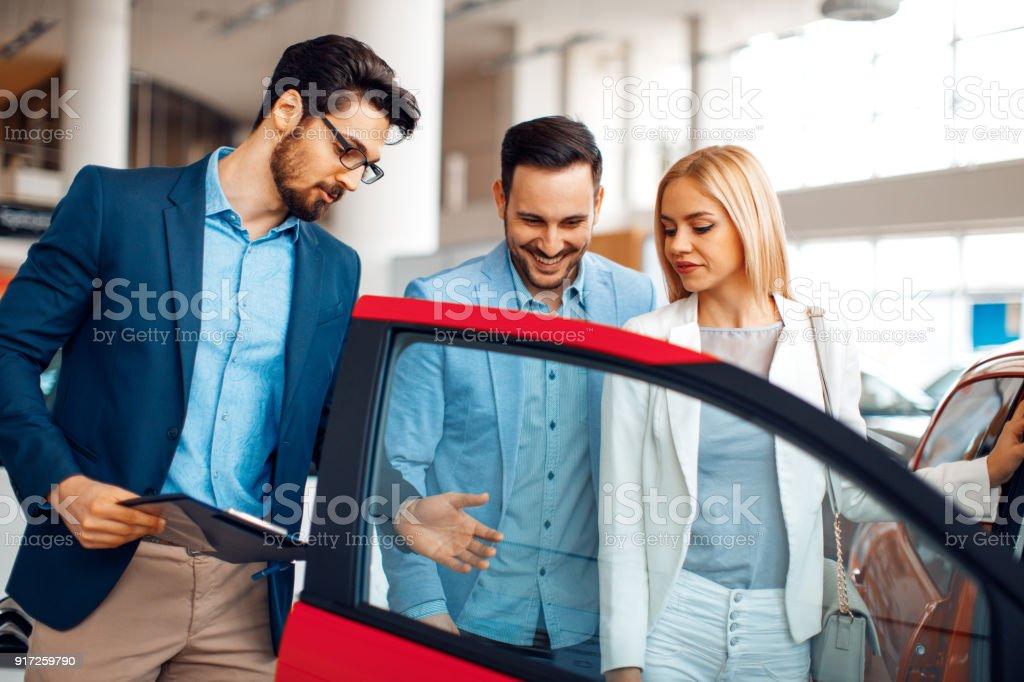 Junges Paar Wahl neue Autos für den Kauf im Autohaus shop – Foto