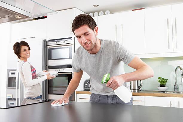 Junges Paar Reinigung Küche – Foto