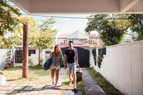 Ein junges paar kommt von der Reise nach Hause – Foto
