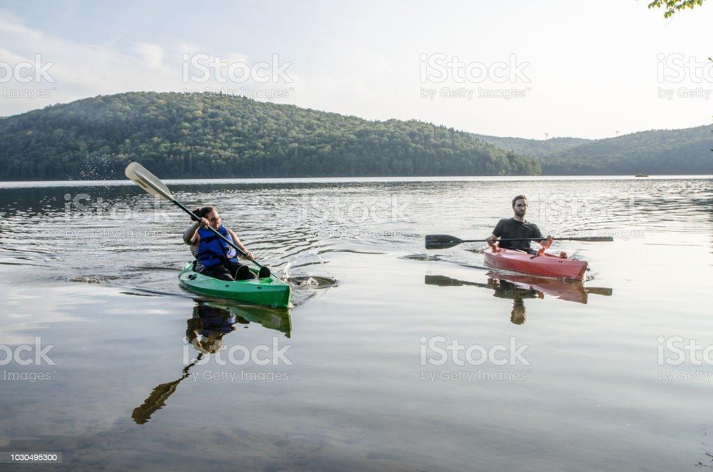 Junges Paar aus wieder eine Fahrt im Kajak auf dem See Sommer tagsüber – Foto