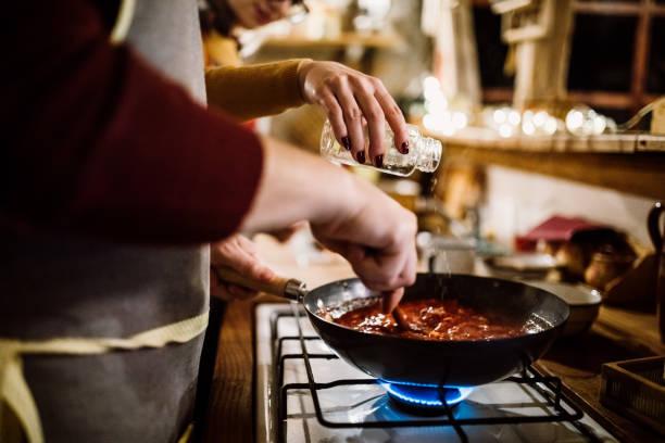 젊은 커플입니다 요리요 주방 - 소스 뉴스 사진 이미지
