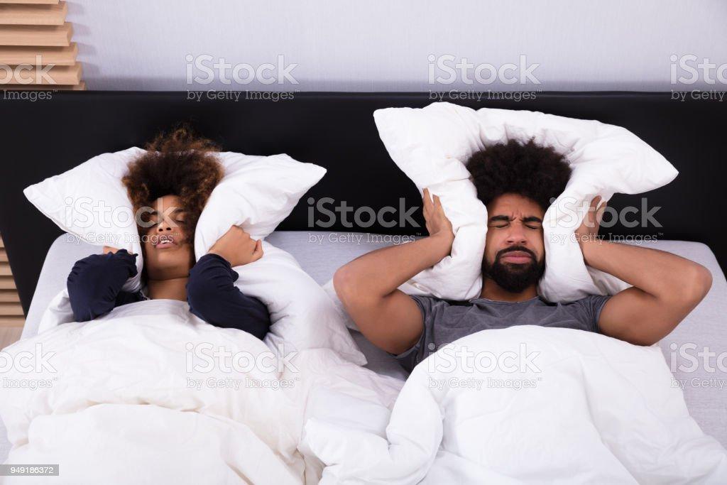 Junges Paar für ihre Ohren mit Kissen – Foto